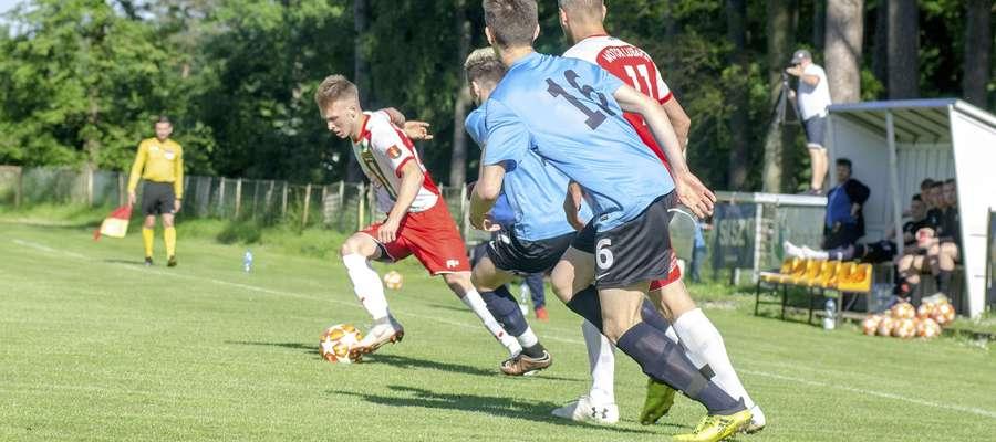 Piotr Chmielewski (przy piłce) za kilka sekund zdobędzie swojego pierwszego gola w meczu Unia Susz - Motor Lubawa