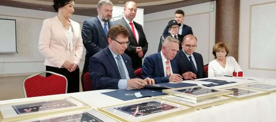 Starosta ełcki podpisuje umowę na dofinansowanie remontu drogi powiatowej w okolicach Sajz.