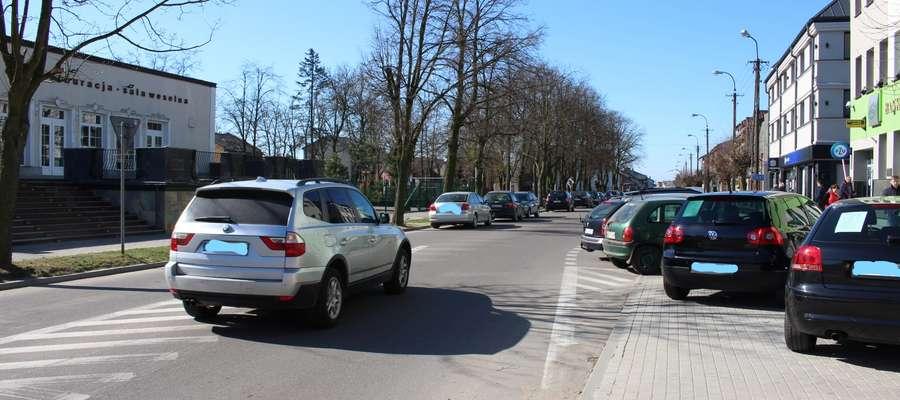 Parkowanie przy pl. Wolności nie należy do łatwych.
