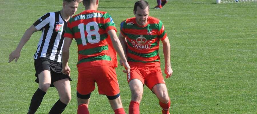 Krzysztof Dąbkowski (przy piłce) był bliski zdobycia gola fot. mo
