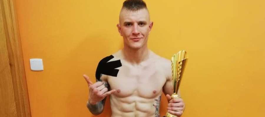 Jak wygrasz, masz nam wysłać zdjęcie tuż po walce - mówiliśmy Damianowi Kowalskiemu przed pojedynkiem w Lubominie. Wysłał, w piątek o 22.22. Gratulacje