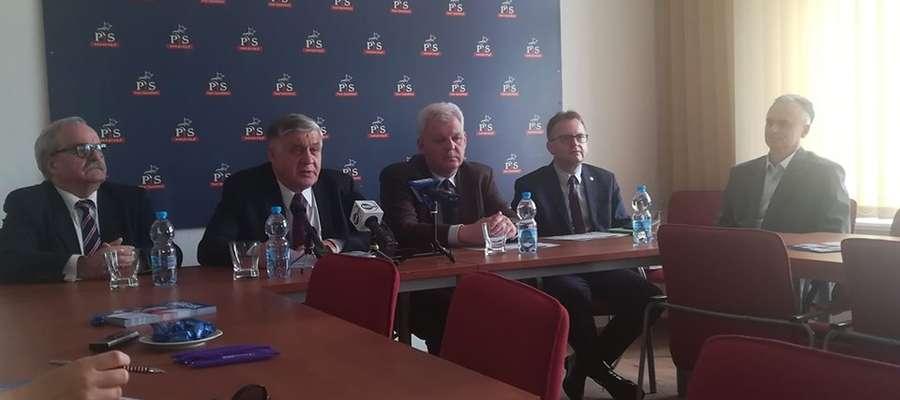 Krzysztof Jurgiel (drugi od lewej) przyjechał do Elbląga walczyć o głosy wyborców