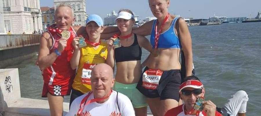 Beata Czurak, pierwsza z prawej w górnym rzędzie