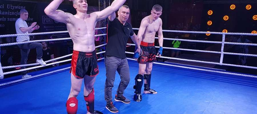 Z lewej MichałKuźniak (Kickboxing Bartoszyce)
