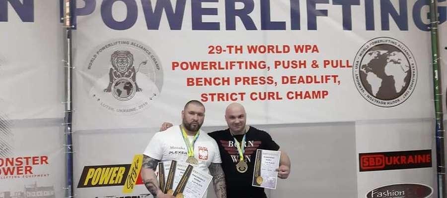 Marek Makarewicz (z lewej) podczas mistrzostw świata federacji WPA 2019