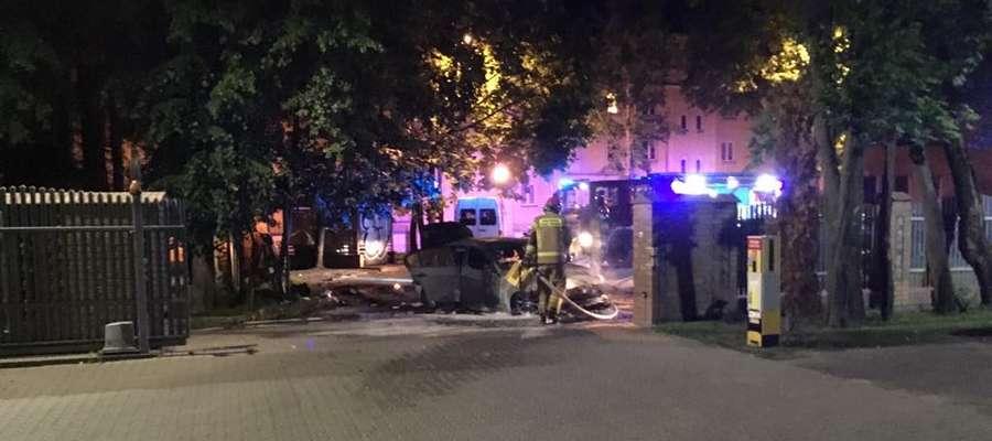 Do pożaru doszło przy ulicy Kościuszki, nieopodal siedziby Powiatowego Zarządu Dróg. Na szczęście, nikt nie ucierpiał. W środku samochodu strażacy nikogo nie znaleźli.