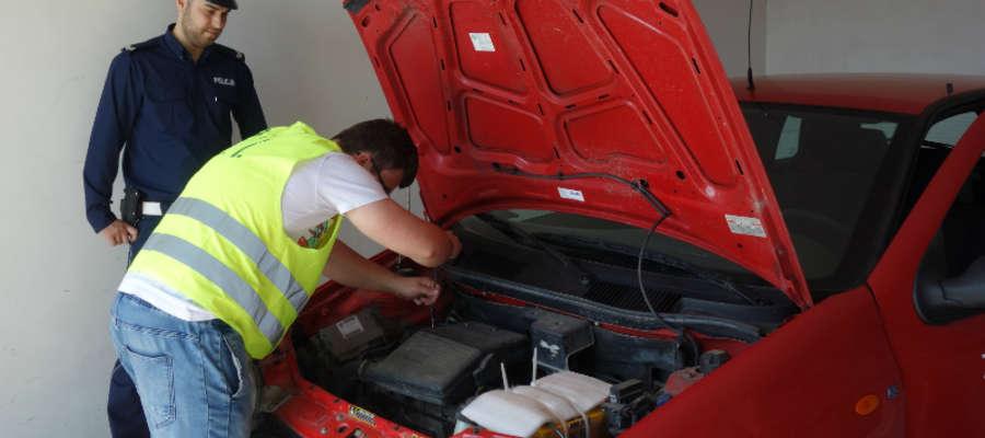 Przygotowanie samochodu do jazdy - jeden z elementów turnieju motoryzacyjnego