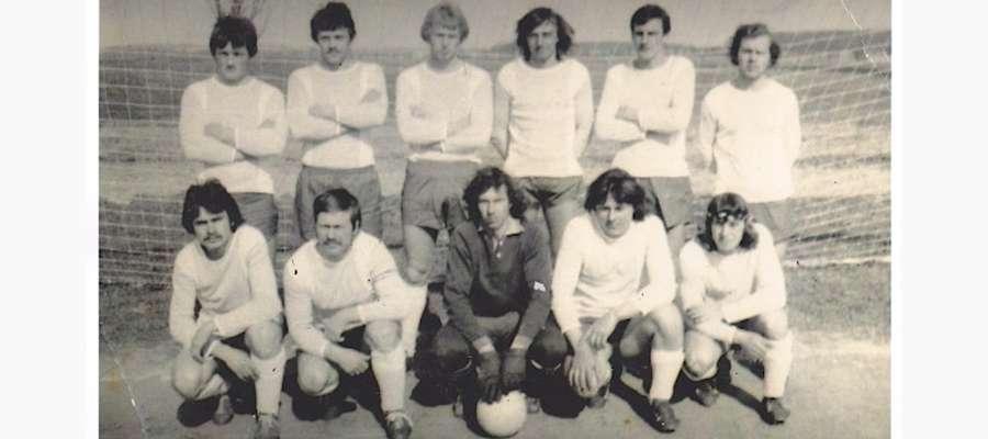 Iskra Smykówko z sezonu 1978/79, na dole drugi z lewej kapitan Stanisław Kaliszewski