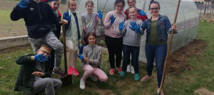 Uczniowie chętnie pracują w szklarni