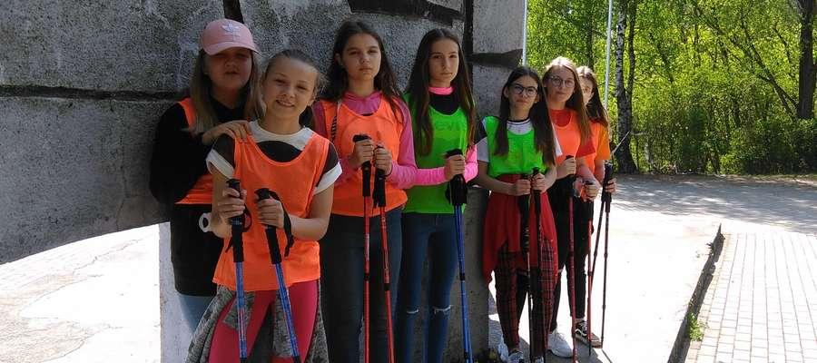 """Uczennice """"Dwójki"""" dotarły do Pomnika pod Nawrą"""