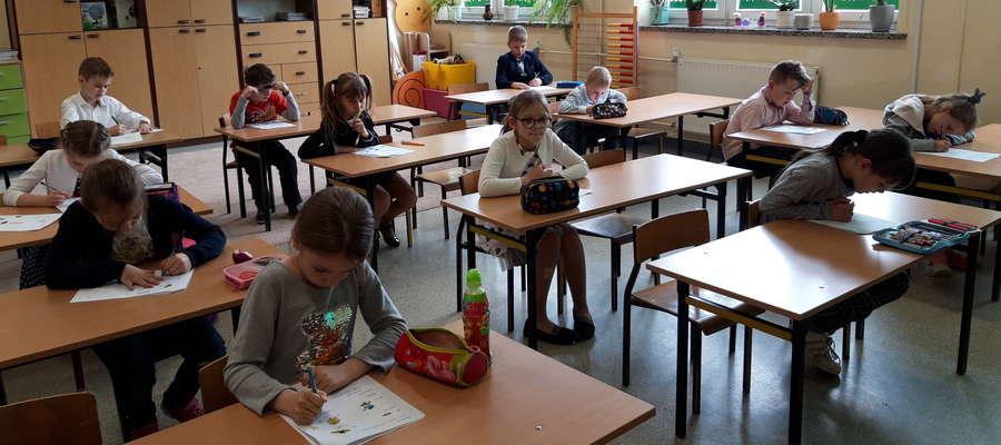 Dzieci pisały dyktando i rozwiązywały test