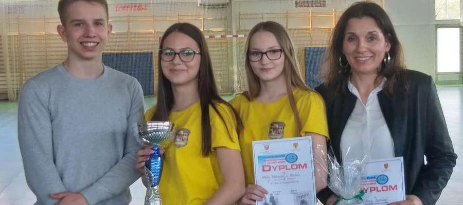 Zwycięzcy etapu powiatowego - uczniowie z Mroczna z opiekunką