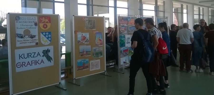 W szkole zorganizowano wystawę konkursowych prac