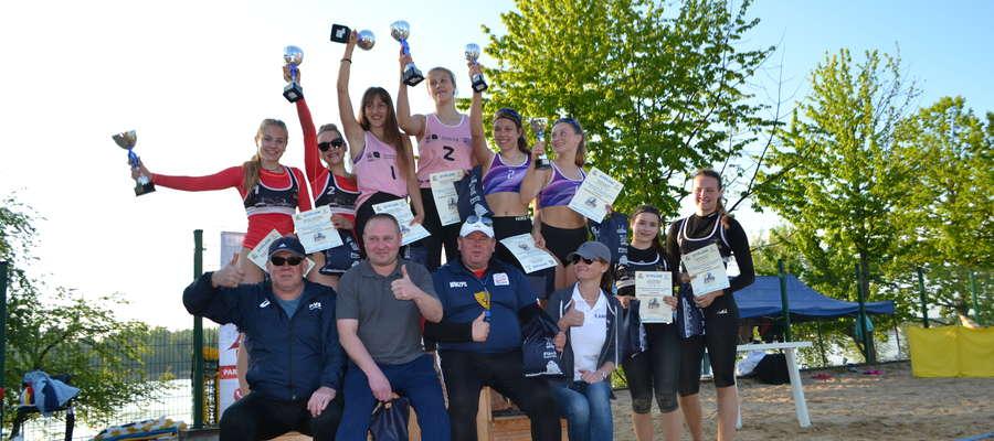 Podium pierwszego w historii turnieju siatkówki plażowej kobiet O Puchar Burmistrza Iławy