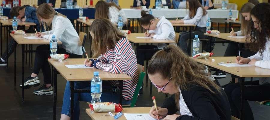 Uczniowie podczas pisania dyktanda