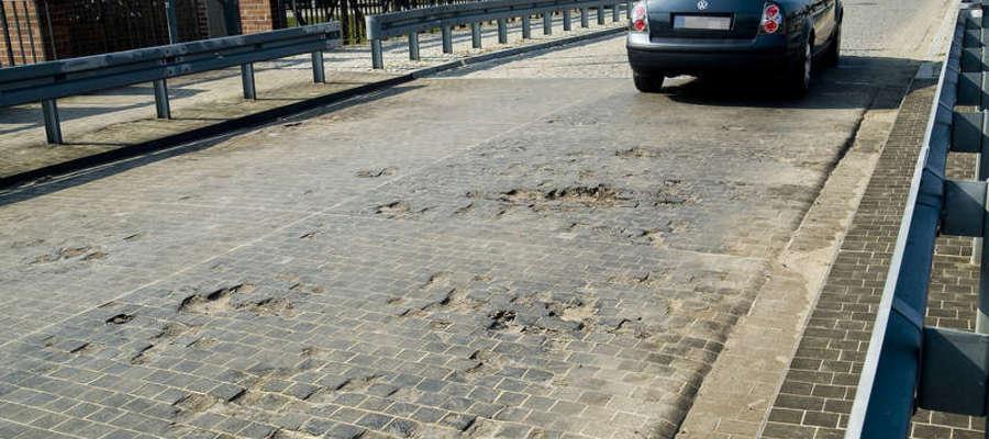 Zniszczona nawierzchnia Mostu Dolnego w Elblągu