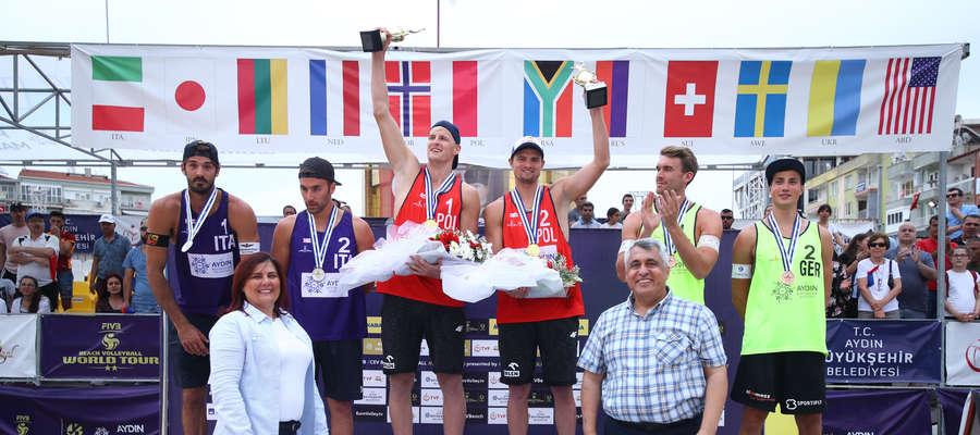 Maciej Rudol i Jakub Szałankiewicz na najwyższym stopniu podium turnieju World Tour w Aydin (Turcja). Rudol to lewej stronie