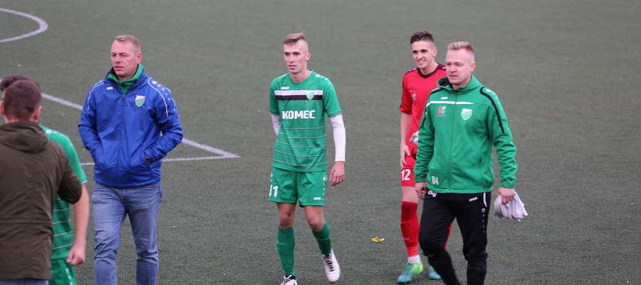 Tomasz Piec (pierwszy z lewej) od czterech kolejek nie poczuł radości z ligowego zwycięstwa Granicy