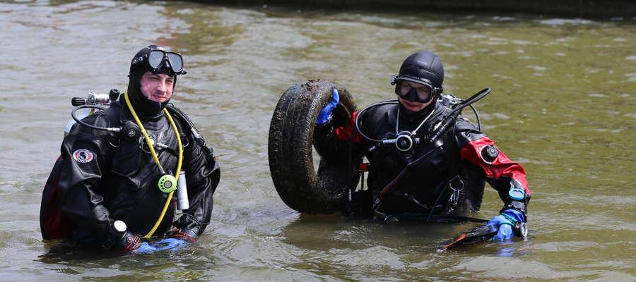 Z jeziora wydobyto ponad 50 opon. Wiele z nich dalej znajduje się pod wodą