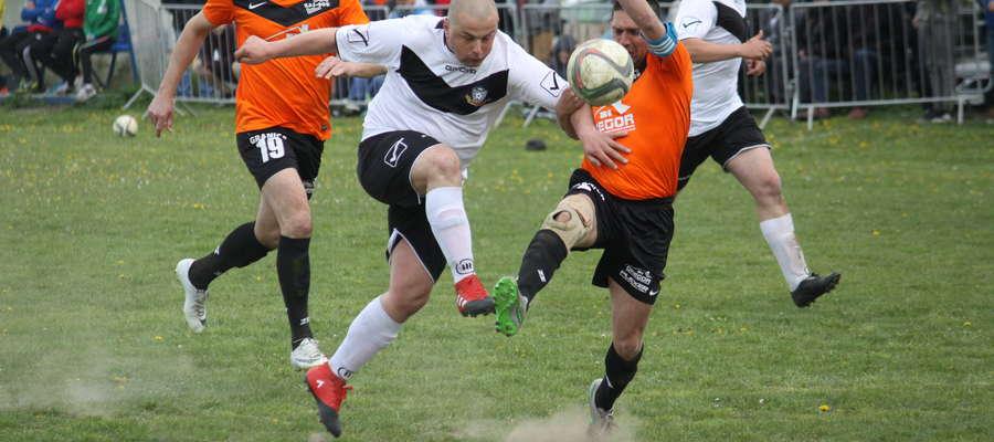 Derbowy mecz w grupie 3 A klasy: KS Wojciechy (białe koszulki) - Granica Bezledy