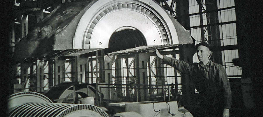 Robotnik montujący turbinę w zakładach Zamech