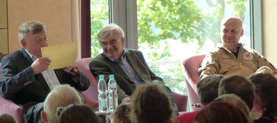 Jak widać, humory dopisywały podczas spotkania w Grand Hotel Tiffi w Iławie. Od lewej gen. Mirosław Hermaszewski, Tadeusz Sznuk i kpt. Witold Sokół
