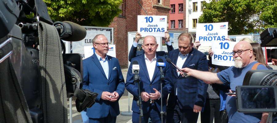 Posła Jacka Protasa (z lewej) wspierał dziś w Elblągu poseł Sławomir Neumann (w środku)