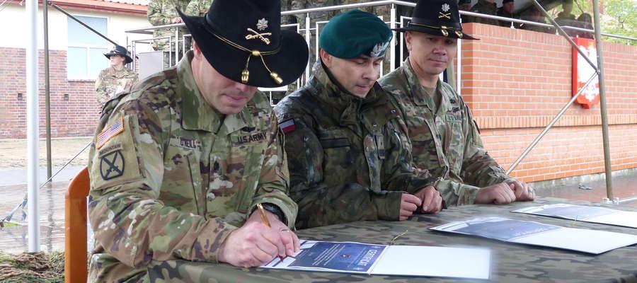 (Z lewej) ppłk Mark O'Neill, gen. bryg. Norbert Iwanowski oraz ppłk. Dony Hebel
