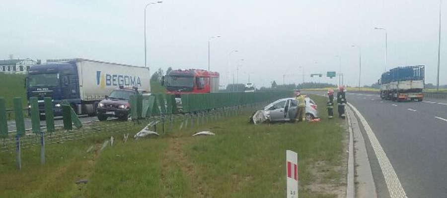 Opel corsa zjechał z drogi, odbił się od barier i zatrzymał na pasie zieleni
