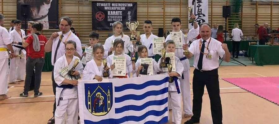Ekipa iławskich karateków na zawodach w Pniewach