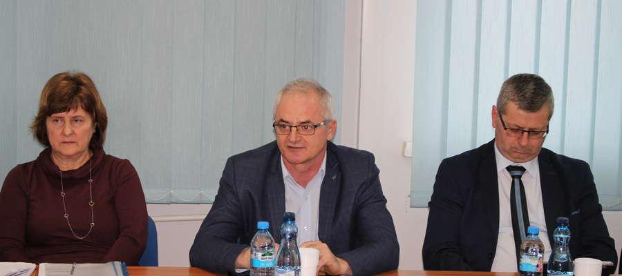 Radny Zbigniew Nosek pytał o zasady wsparcia samorządów gmin dla szpitala, z którego korzystają wszyscy mieszkańcy powiatu