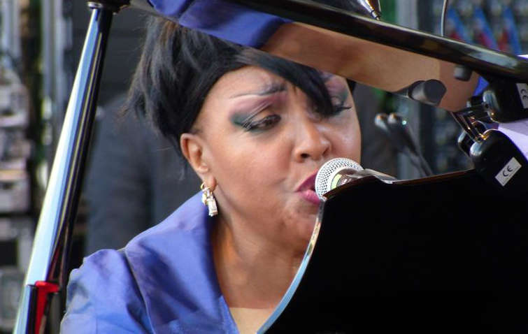 Karen Edwards to wokalistka i pianistka jazzowa - full image
