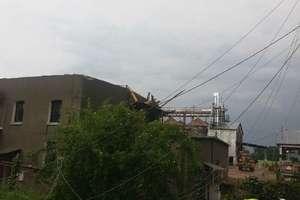 Porywisty wiatr, burza, grad i zerwany dach