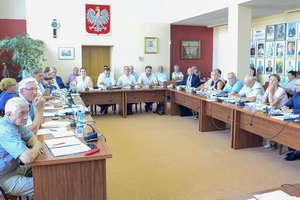 Rada nie przyjęła Samorządowej Karty Praw Rodzin. Sposób przerwania dyskusji nad uchwałą może martwić