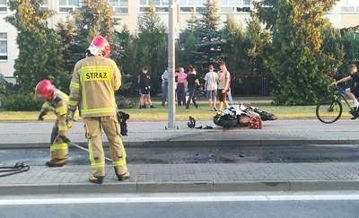 Motocykl spłonął na ul. Skłodowskiej. 25-letni kierowca wyszedł z tego bez szwanku