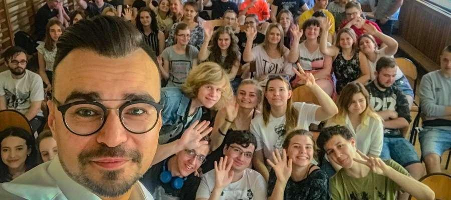 Maciej Wróbel opowiedział młodzieży o dziennikarskiej pracy