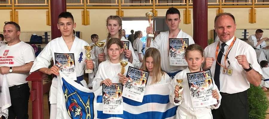 Ekipa karateków z Iławy z trenerem Tomaszem Gąską
