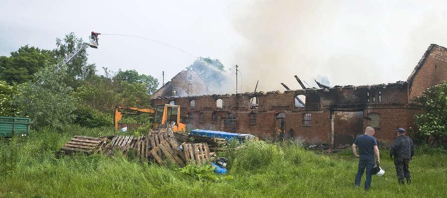 Armagedon pogodowy na Warmii i Mazurach. Płonęła obora, zerwany został dach budynku [ZDJĘCIA]