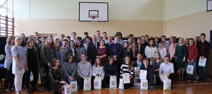 Wspólne zdjęcie wszystkich nagrodzonych i organizatorów konkursu