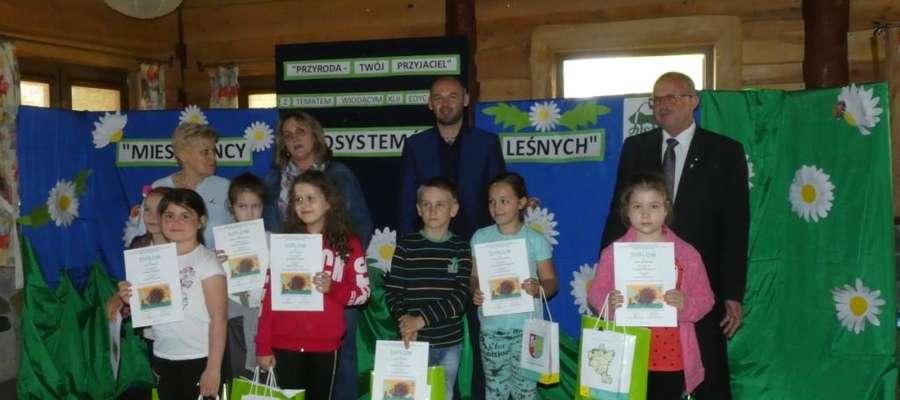 Część nagrodzonych dzieci, które wzięły udział w konkursie