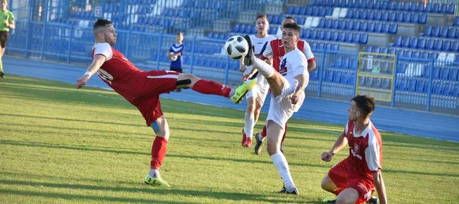 Znicz (czerwone stroje) dwukrotnie prowadził w meczu z Olimpią Zambrów, ale ostatecznie musiał się zadowolić remisem