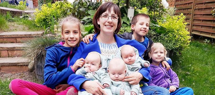 Dzień Matki. Agnieszka Detyna pozuje z Emilką, Fabianem i Sarą oraz trojaczkami: Klarą, Lilianą i Kajtkiem