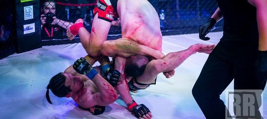 W ten sposób (dźwignia nogami na głowę rywala) Patryk Duński (z lewej) pokonał Macieja Kalicińskiego