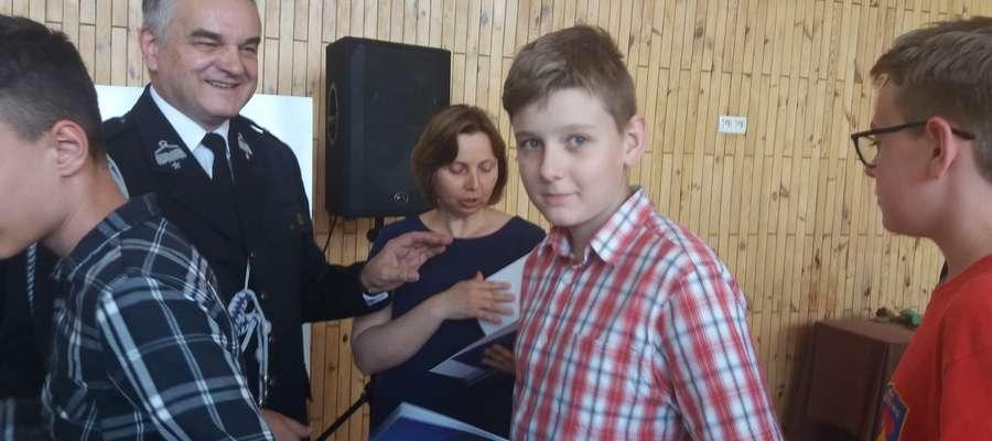 Mateusz Bichta otrzymuje dyplom z rąk Waldemara Pawlaka.