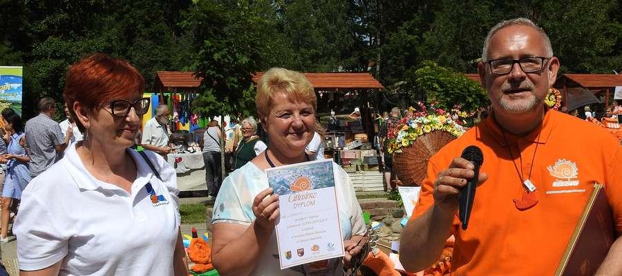 Nagrodę superzwycięzcy festiwalu odebrała z rąk Jacka Kostki (po prawej) burmistrz Sępopola Irena Wołosiuk (w środku)