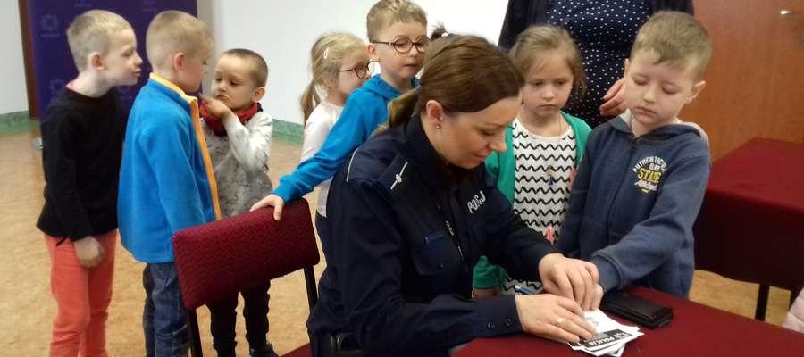 W Policji dzieci robiły odciski palców
