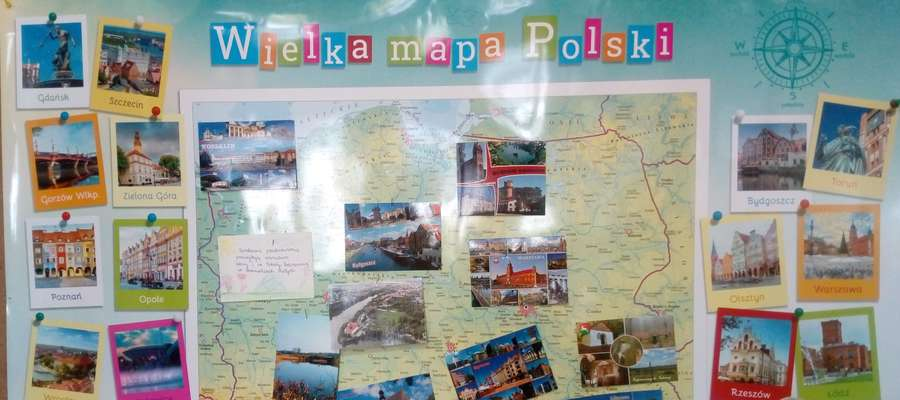 Dzieci wieszały pocztówki na mapie Polski