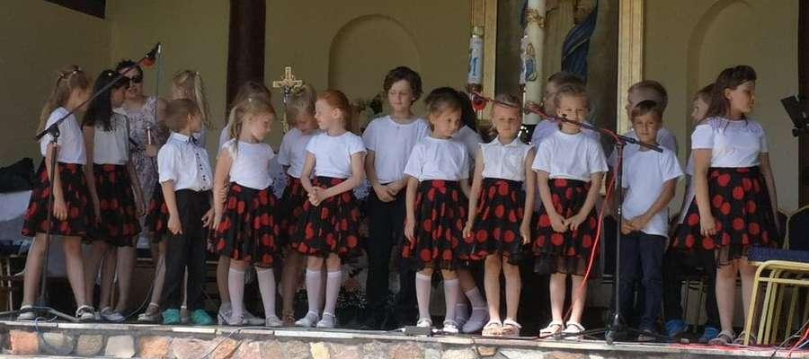 Uczniowie szkoły w Ostrowitem podczas występu w Wardęgowie