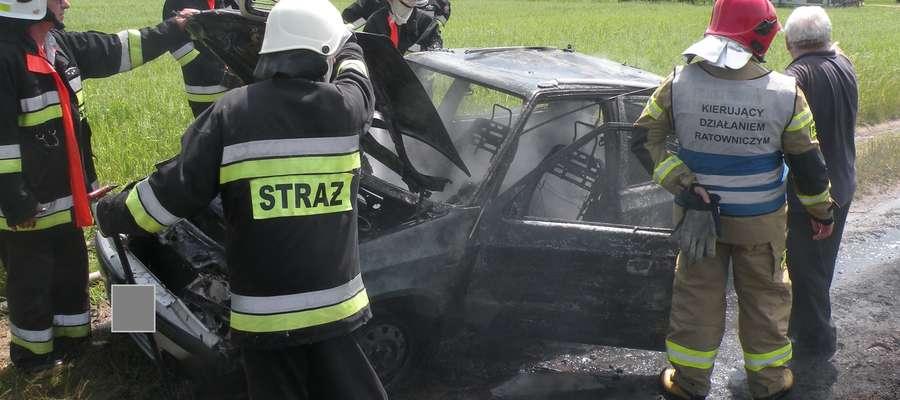 Strażacy gasili auto w Skarlinie