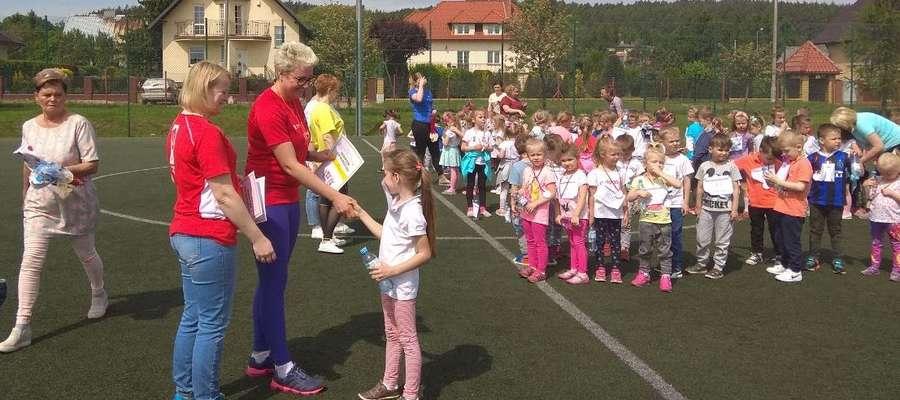 Każdy mały biegacz otrzymał medal
